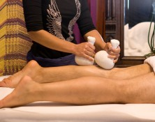 Massage thaïlandais aux huiles & plantes aromatiques – Nuad Plakob